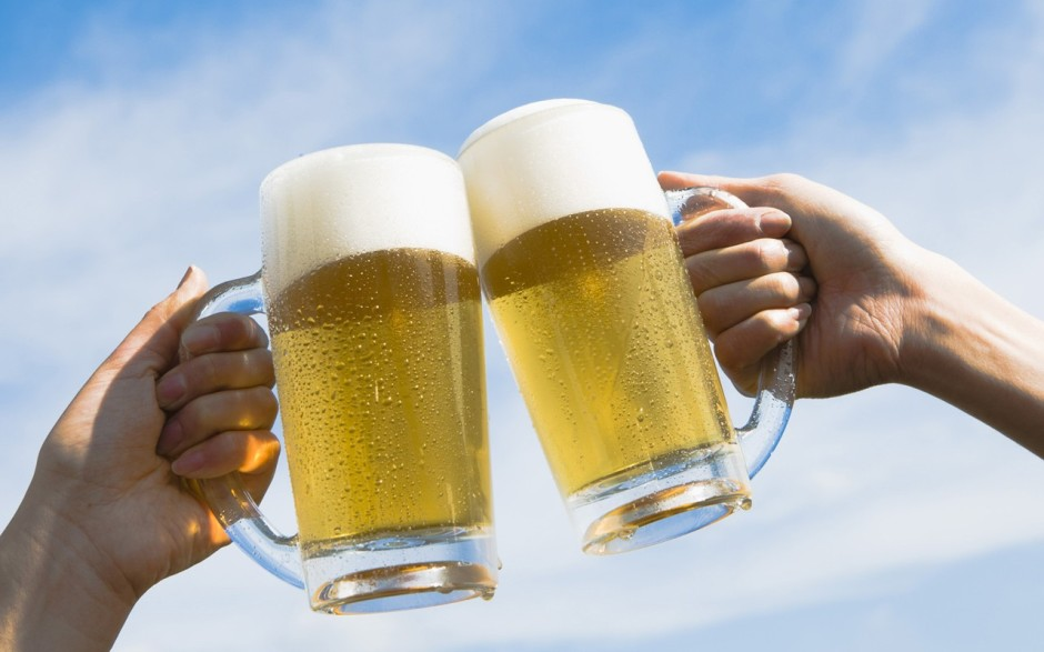 hb043_350a_two_people_toasting_with_beer_against_blue_sky1280800